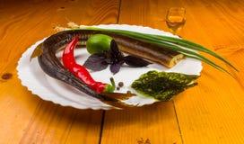 rökt garfish med limefrukt, basilika, salladslökar, chili, norichiper arkivbild