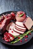 Rökt grillfestgrisköttfläskkarré på en platta arkivfoton