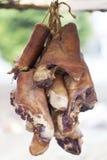 Rökt knoge som hänger på polen Royaltyfria Foton