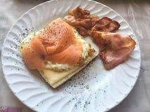 Rökt laxcanape med bacon Royaltyfria Bilder