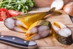 Rökt makrill med grönsaker och örter Arkivfoto