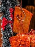Rökt skinka som hänger samman med den dekorativa girlanden för Christma Fotografering för Bildbyråer
