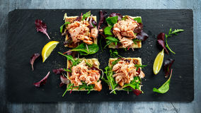 Rökte laxflingor på sallad bäddar ned, och den irländska potatisen bantar mellanmål, aptitretare Arkivbilder
