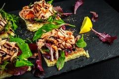 Rökte laxflingor på sallad bäddar ned, och den irländska potatisen bantar mellanmål, aptitretare Arkivfoton