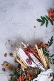 Rökte salamikorvar med ost och bröd Antipasto spanjor Arkivbilder
