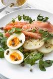 Rökte Salmon Salad med äggpotatisar källkrasse och kapris Royaltyfria Bilder