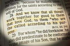Römer6:28 - und wir wissen, dass alle Sachen endgültig zu ihnen dass Liebe Gott zusammenarbeiten lizenzfreies stockbild