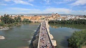 Römische Brücke in Cordoba, Spanien stock video footage