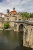 Römische Brücke, die zu historische Stadt Amarante führt stockbild