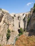 Römische Brücke umgeben durch Vegetation Lizenzfreies Stockfoto