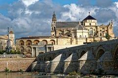 Römische Brücke und Kathedrale in Cordoba lizenzfreie stockfotografie