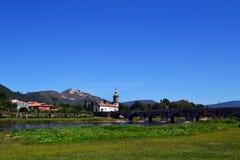 Römische Brücke und Kirche Stockfotografie