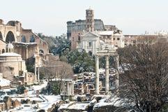Römische Denkmäler abgedeckt im Schnee Stockbild