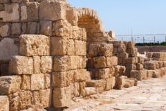 Römische falled Steinwand mit Tür in archäologischem Caesarea sitzen Lizenzfreies Stockfoto