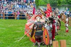 Römische leichte Infanterie baute Schutz der Schilder auf Festival ` Zeiten und Epochen Sitzung ` im Park ` Kolomenskoye-` stockbild