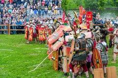 Römische leichte Infanterie baute Schutz der Schilder auf Festival ` Zeiten und Epochen Sitzung ` im Park ` Kolomenskoye-` lizenzfreie stockfotografie