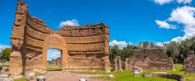 Römische Ruinen panoramisches Landhaus Adriana in Tivoli Rom - Lazio - Italien zerbröckelte Tor des Ninfeo-Palastes stockfoto