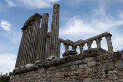 Römische Spalten in den Ruinen in Evora, Portugal Lizenzfreies Stockbild