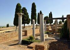 Römische Spalten des Hauses der Vögel, archäologische Fundstätte der römischen Stadt von Italica, Andalusien, Spanien Lizenzfreie Stockfotos