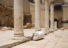 Römische Spalten in Jerusalem Stockfotos