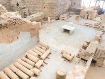 Römische Steinsäulen und Altarruinenraum vom Spitzendach im ephesu Stockfotos