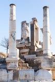 Römische Steinsäulen und Statuen- und Altarruinenraum in ephesus A Lizenzfreie Stockfotos