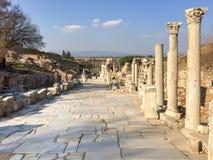 Römische Steinsäulen und Statuenruinen auf Straße versehen in ephesus Bogen mit Seiten Lizenzfreies Stockbild