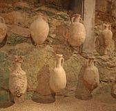 Römische Töpfe auf Anzeige innerem Pula Amphitheatre Stockfotos