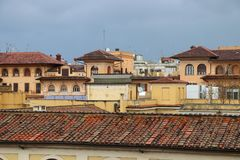 Römische Wohnskyline unter grauen Wolken Stockbild