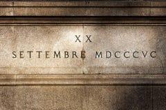 Römische Zahlen auf Flachrelief auf Travertinstein Reitermonument von garibaldi Schöne alte Fenster in Rom (Italien) Stockfotografie