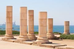 Römischer alter Stein verzierte Spaltenreihe in archäologischem Caesarea Stockfotografie