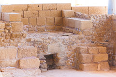 Römischer alter Steinofen in archäologischer Fundstätte Caesareas nah an ihm Lizenzfreies Stockfoto