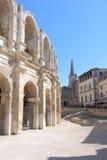 Römischer Amphitheatre und Collège St Charles, Arles lizenzfreies stockbild
