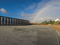 Römischer Aquädukt und Regenbogen im Himmel Lizenzfreies Stockfoto