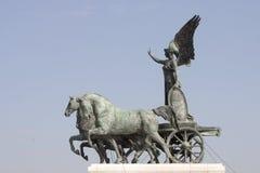 Römischer Kampfwagen des Quadriga, nebeneinander gezeichnet durch vier Pferde Lizenzfreies Stockfoto