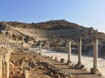 Römisches Amphitheater ruiniert Ende zur Hauptstraße mit Steinsäulen Lizenzfreie Stockfotos