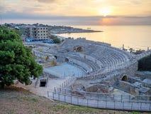Römisches Amphitheater und Mittelmeer bei Sonnenuntergang in Tarragona Stockfotos