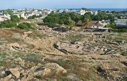 Römisches Amphitheater und moderne Stadt in Paphos stockfotografie