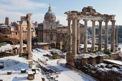 Römisches Forum mit Schnee. Stockfoto