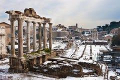 Römisches Forum mit Schnee. lizenzfreies stockfoto