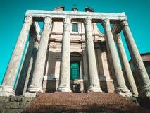 Römisches Forum Tempel von Antoninus und von Faustina, jetzt die Kirche San Lorenzo in Miranda Stockfotos