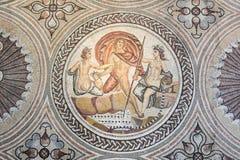 Römisches Mosaik Gallo auf einer Wand stockfotos