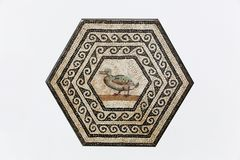 Römisches Mosaik Gallo auf einer Wand in Heiliges Romain-en Gallone stockbilder
