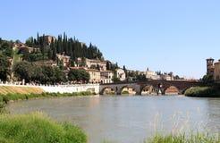 Römisches Ponte Pietra über dem Adige-Fluss, Verona Stockfoto