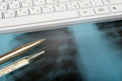 Röntgenprüfung und Tastatur Lizenzfreies Stockbild
