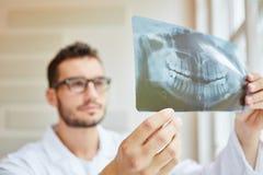 Röntgenstraalbeeld op tandartshanden stock foto