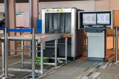 Röntgenstraalscanner bij de controlepost van de luchthavenveiligheid stock fotografie