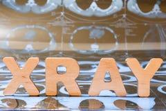 Röntgenstrahlen als Diagnoseverfahren in der Medizin Wortröntgenstrahl wird aus dreidimensionalen Buchstaben, es ist Nahaufnahme  stockfotos