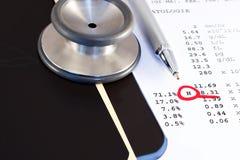 Röntgenstrahlen, Stethoskop und Pathologiereport Lizenzfreie Stockfotos