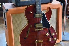 Rör ampere som är combo med den halva akustiska elektriska gitarren Arkivfoton